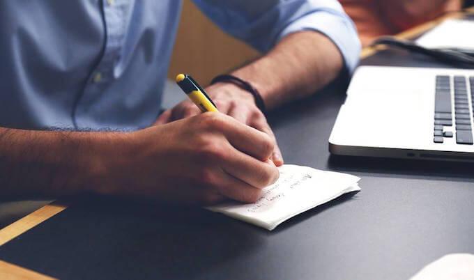 ノートを作る男性