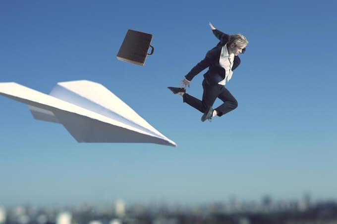 紙飛行機とビジネスマン